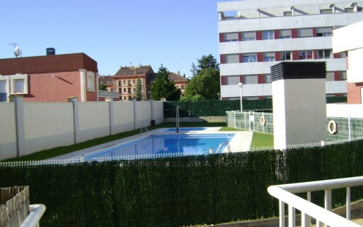 Amplio Dúplex ubicado en Urbanización privada con piscina y jardines