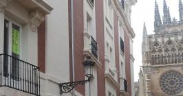 Fachada de un edificio de la zona centro con un anuncio de una vivienda en alquiler. - ISRAEL L. MURILLO