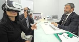 Daniel de la Mata, gerente de Activox, muestra a unos clientes cómo funcionan las gafas de realidad virtual. - ISRAEL L. MURILLO