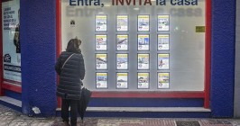 Imagen de un escaparate con anuncios de alquiler de vivienda. - ISRAEL L. MURILLO